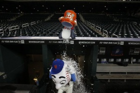 Why Mr. Met giving the finger is the perfect symbol of the Mets' 2017 season