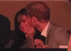 Prince Harry seen kissing girlfriend Meghan Markle during Invictus Games closing ceremonies